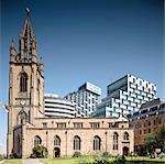 Merseyside, Liverpool. Ville de la Culture 2008 nouveaux blocs de l'unité sentinelle, mélangé utilisent développement derrière l'église. Architectes : Alford Hall Monoghan Morris. Ingénieurs : Ingénieurs : Faber Maunsell