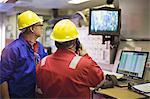 Je regarde les caméras de sécurité des travailleurs