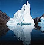 Gletscher im See unter blauen Himmel