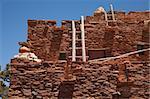 Sud-Ouest Hopi House 1905 Architecture abstraite avec des échelles en bois et le ciel bleu clair.