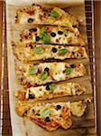 Pizza in Stücke geschnitten