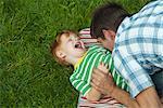 Mid père adult jouant avec fils