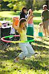 Femme jouant avec Hula Hoop à pique-nique