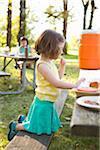 Petite fille mangeant au pique-nique