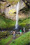 Quatre amis près de cascade, la Gorge du Columbia, près de Portland, Oregon, Etats-Unis