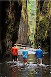 Wandern durch Fluss, Oneonta Schlucht, Oregon, USA