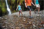 Menschen Wandern in Oneonta Schlucht, Oregon, USA