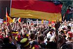 Detail der Personen in einer Menschenmenge jubeln und winken deutsche Flaggen