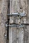 Deux diapositives loquets sur les portes en bois voilé