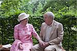 Couple senior romantique sur le banc dans le parc