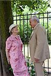 Couple Senior établir un contact visuel dans le parc