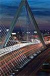 Circulation sur un pont suspendu, pont Leonard P. Zakim Bunker Hill, Charles River, Boston, Massachusetts, USA