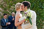 Les nouveaux mariés s'embrasser à la cérémonie de mariage