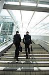 Hommes d'affaires remontant à étapes