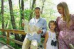 Famille une pause dans les bois de consulter la carte