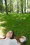 Jeune femme couché sur l'herbe rêverie