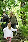 Randonnée dans les bois, arrière vue de famille