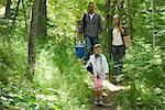 Famille marcher ensemble dans les bois