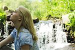 Jeune femme assise en cascade