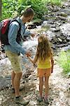 Père et fille regardant stream, vue arrière