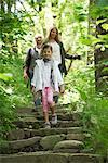 Famille en descendant les marches en bois