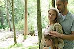 Famille de détente ensemble dans les bois, portrait