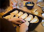 Femme faire empanadas