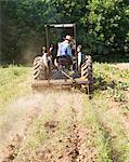 Landwirt einen Traktor in einem Feld fahren
