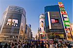Menschenmassen auf der Shibuya-Kreuzung