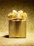 Cadeau or sur fond d'or