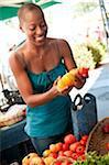 Shopping pour les tomates au marché de l'agriculteur.