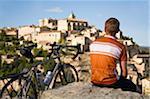 Männliche Radfahrer mit Blick auf Gordes, Provence