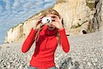 femme à l'aide d'appareil photo numérique