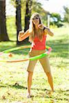Femme jouant avec cerceau dans le parc