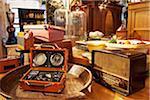 Vieilles Radios sur affichage dans le magasin d'antiquités, Edinburgh, Scotland, United Kingdom