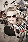 Kleines Mädchen vorzugeben, ein Rockstar zu sein.