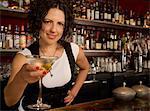 Barman féminin desservant un Martini