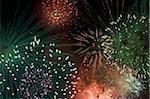 Feuerwerk explodiert in den Nachthimmel