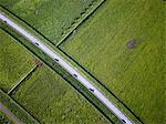 Asphaltierte Straße durch ländliche Landschaft
