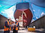 Arbeitnehmer, die am Standort der Schiffbau im Gespräch