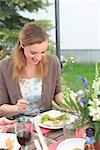 Junge Frau am Tisch essen