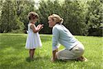 Mutter kniend unten mit Tochter bei Gras (2-4)