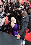 Celebrity émergeant limo vers paparazzi
