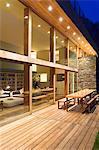 Table et chaises sur la terrasse de la maison moderne