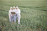 Scientifiques dans l'équipement de protection à l'aide d'ordinateur portable dans le champ