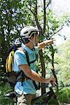 Vélo homme d'équitation dans les bois, en direction de pointage