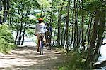 Équitation à travers bois, arrière vue de cyclistes