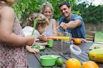 Famille appréciant snack en plein air