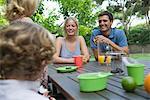 Famille de détente ensemble à table en plein air