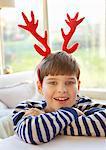 Lächelnd Boy tragen Weihnachten Geweih